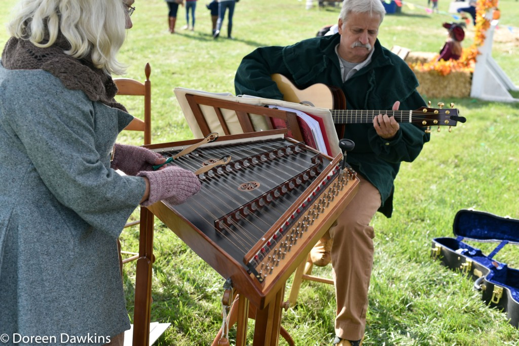 A dulcimer and guitar duet at the Harvest Moon Festival 2018